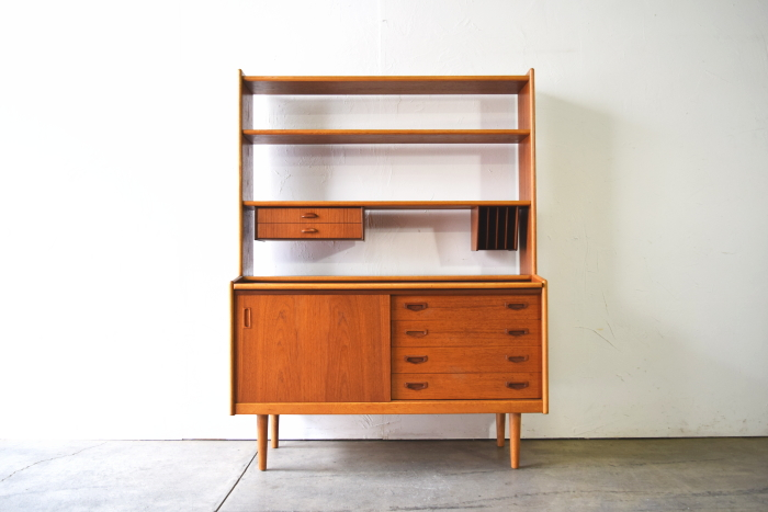 Open shelf with Bureau